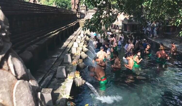 Người dân Bali tin vào việc tắm nước thiêng ở đền Pura Tirta Empul giúp chữa bệnh